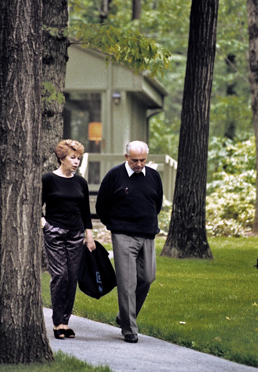 The Gorbachevs walkeing in Сатр David